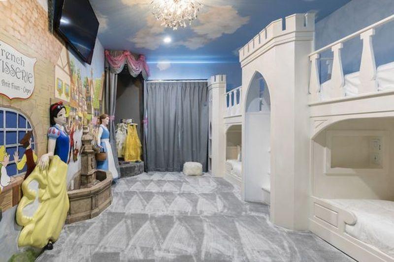 The Walt Disney World Area Themed Vacation Homes adalah nama dari salah satu villa. Rumah ini memiliki 7-12 kamar. Tiap kamarnya punya gaya dekorasi yang menarik. Kamar bertema putri Disney ada patung Putri Salju dan Belle sebagai dekorasi. (dok Exclusive Private Villas)