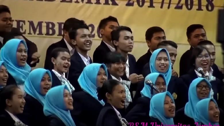 Pendidikan - Jakarta Aksi paduan suara mahasiswa Universitas Jember yang membawakan lagu Jaran Goyang dalam acara wisuda periode III tahun