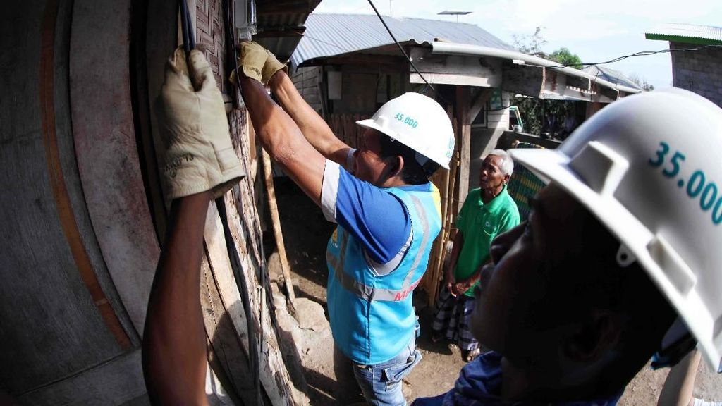Desa di Kaki Gunung Rinjani Kini Terang Benderang