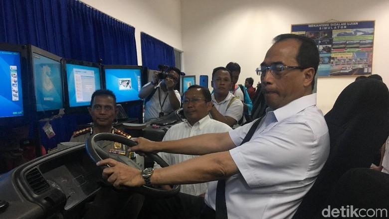 Naik Simulator, Menhub Jajal Pembuatan SIM Taksi Online
