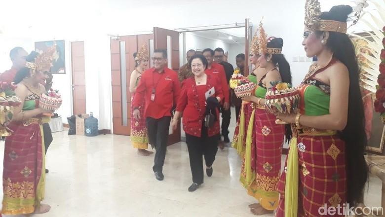 Megawati Puji Dia Bisa Turunkan - Jakarta Ketua Umum PDIP Megawati Soekarnoputri memuji Wali Kota Surabaya Tri Hal ini mencuat ketika Megawati cerita soal