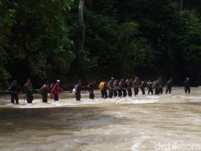 Prajurit Aceh Rela Tembus Hutan - Aceh Utara Biasanya para prajurit Polri melakukan upacara Hari Pahlawan di kompleks Taman Makam yang telah tersedia di