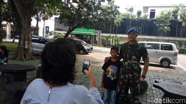 Jadi Paspampres Ganteng Berterima Kasih - Jakarta Foto anggota Grup A Paspampres Pratu Daniel Darryan pakai beskap jadi viral di media Tetapi Daniel tak