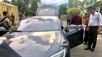 Jonan Lihat Mobil Listrik Tesla Dahlan Iskan