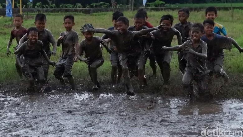Mandi Lumpur di Rawa Cara - Banjarnegara Menghabiskan waktu bermain bagi tidak selalu berhubungan dengan gadget atau Desa Pagak di Banjarnegara menghabiskan waktunya dalam