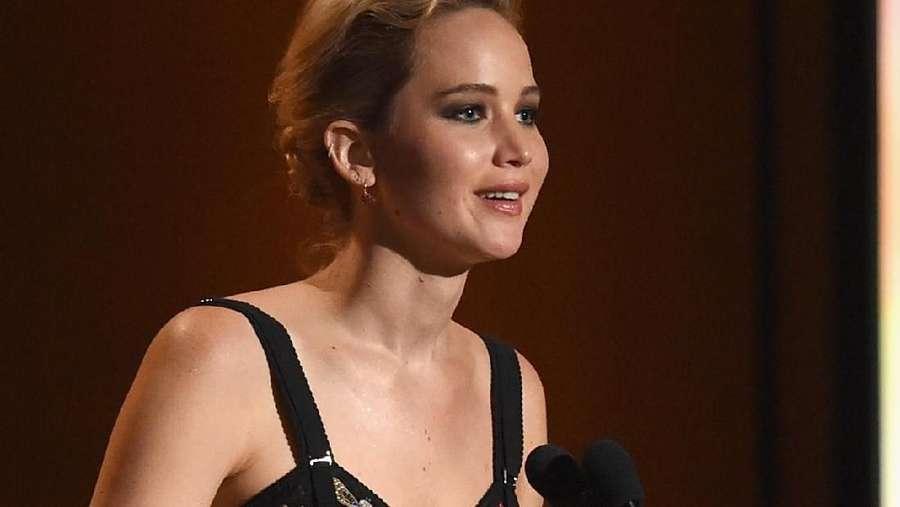 Jennifer Lawrence Pamer Pinggang Ramping di Karpet Merah