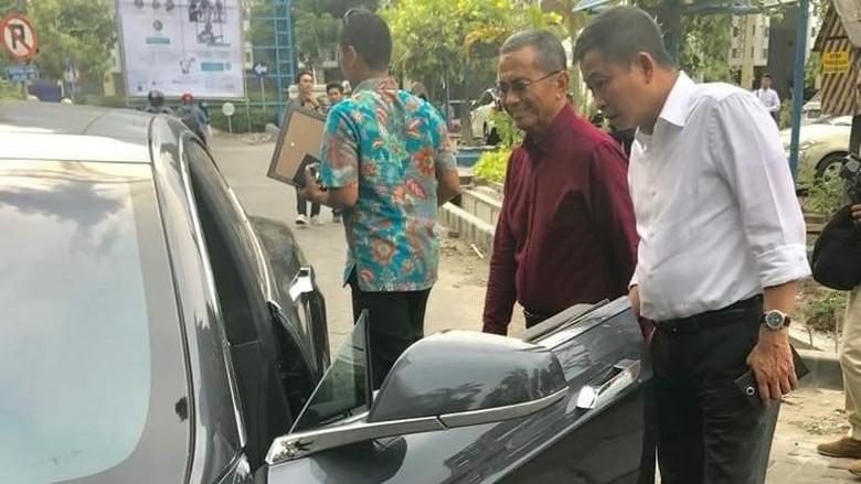 Jonan Lihat Langsung Mobil Tesla Dahlan Iskan di Surabaya
