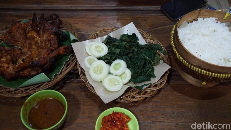 Menu ayam panggang Mbah Dinem di Sleman (Shinta Angriyana/detikTravel)