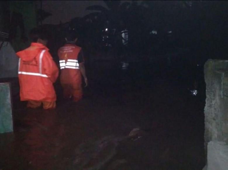 Petugas Jatipadang Masih Warga Bertahan - Jakarta Banjir masih menggenangi pemukiman warga RT RW Jakarta Petugas melakukan penanganan mulai dari penyedotan dan pengerukan agar
