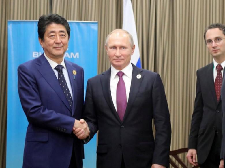 Bertemu PM Abe di Vietnam, Putin Bahas Perjanjian Damai