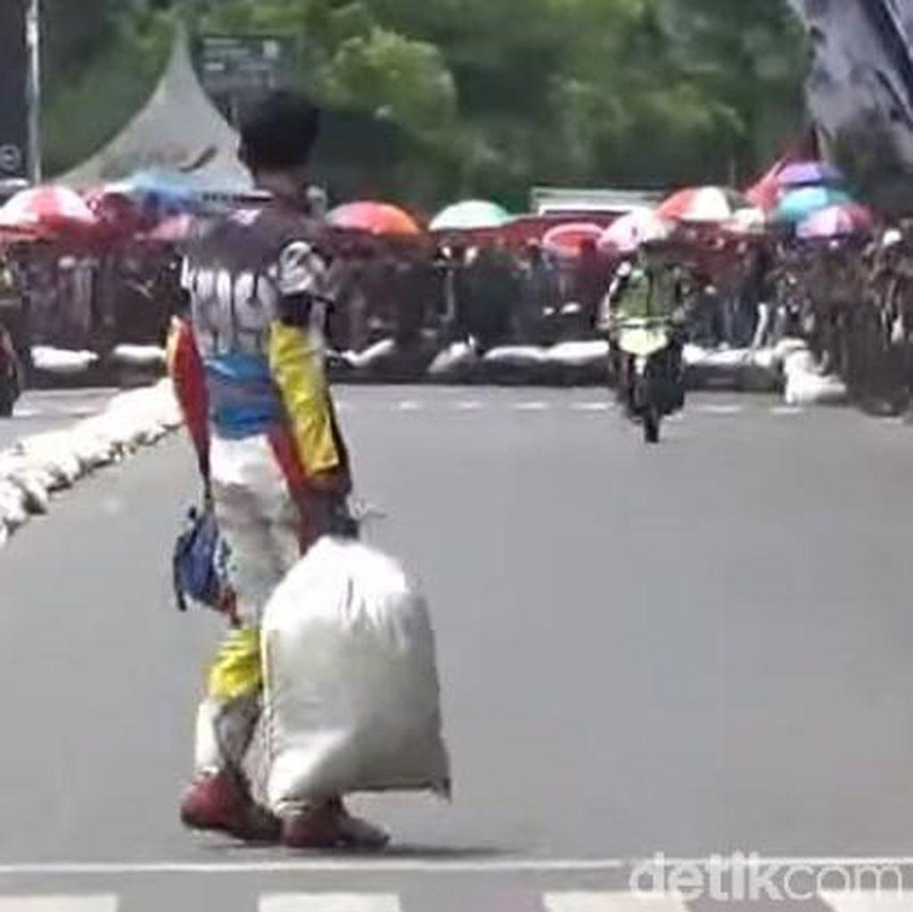 Aksi Lempar Karung di Road Race yang Jadi Viral