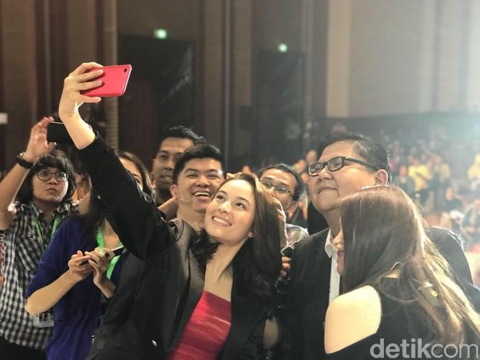 Chelsea Islan selfie dengan Oppo F5. Foto: detikINET/Adi Fida Rahman