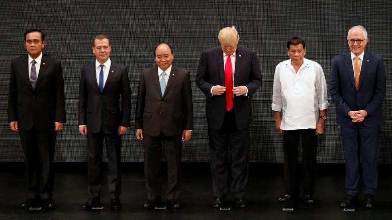 Ekspresi Kaget Trump Saat Lakukan ASEAN Handshake