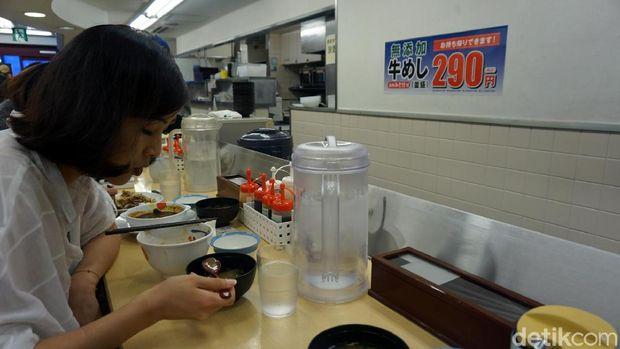Traveler cewek asal Korsel lagi jajan di Matsuya (Wahyu/detikTravel)