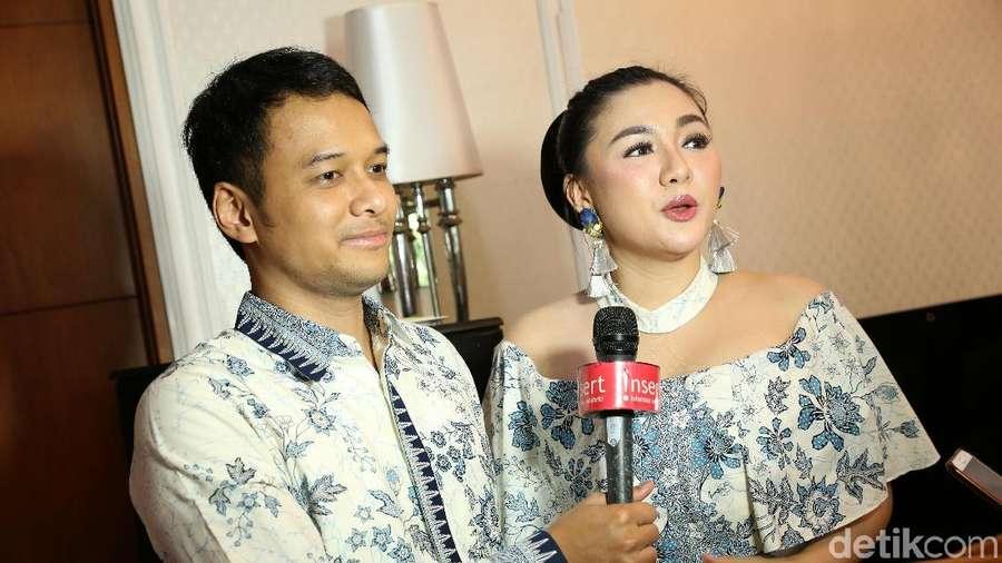 Gaya Kompak Vicky Shu dan Suami