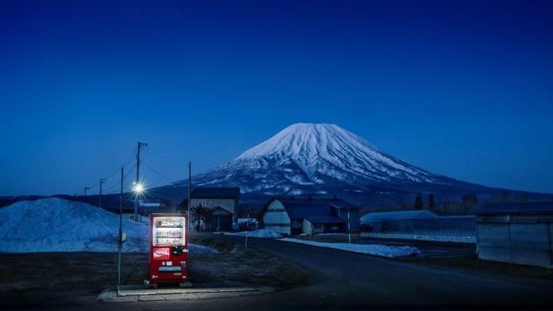 Vending machine yang ada di Kota Kutchan, Hokkaido dengan latar belakangnya adalah Gunung Yotei (Dok. Eiji Ohashi/CNN Style)