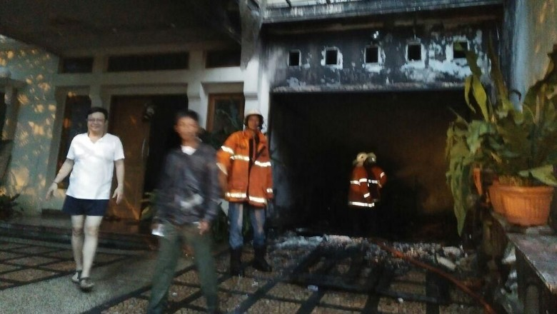 Korsleting Panel Listrik, Sebuah Garasi Terbakar