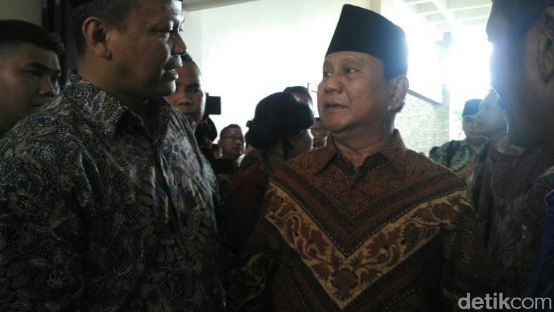 Prabowo Ziarah ke Beliau Trah - Yogyakarta Ketua Umum Partai Gerindra Prabowo Subianto berziarah ke makam Raja Mataram di Sekretaris DPD Gerindra Dharma Setiawan