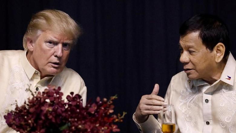 Puji Pertemuan Hangatnya dengan Ini - Manila Presiden Amerika Serikat Donald Trump memuji pertemuannya dengan Presiden Filipina Rodrigo Duterte yang berlangsung punya hubungan yang