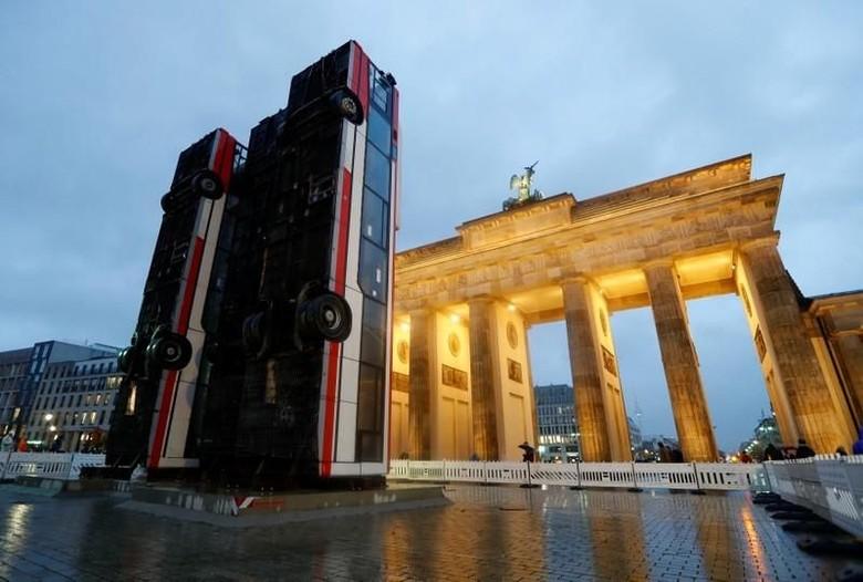 Dua Bus Terbalik di Depan Gerbang Brandenburg Jadi Karya Seni Instalasi