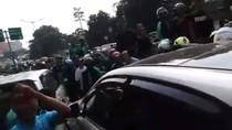 Mobil WNA di Dekat Kokas Dikerumuni Ojol karena Serempetan