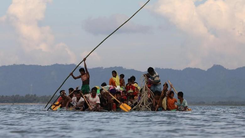 Dramatisnya Perjuangan Pengungsi Rohingya Seberangi Sungai