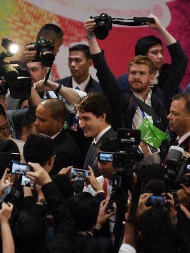Jurnalis mengerubuti Trudeau usai konferensi pers