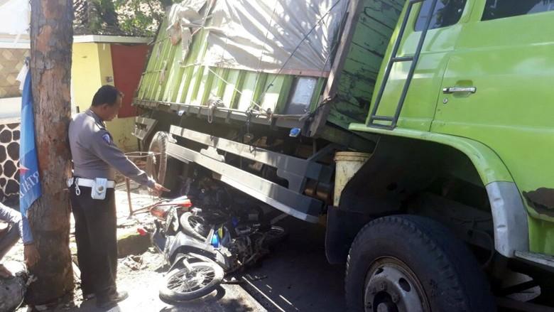 Rem Blong di Tanjakan, Tronton Hantam 4 Kendaraan di Sukabumi