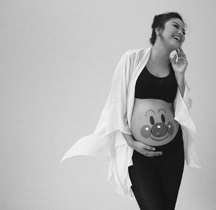 Saat ini Putri Indonesia 2008 yang juga merupakan presenter ini sedang hamil. (Foto: Instagram/zivannaletisha)