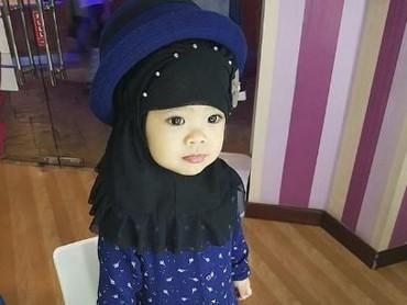 Maryam, anak dari Oki Setyana Dewi juga nggak kalah imutnya lho. Di Instagram, akunnya diikuti 222 ribu orang. (Foto: Instagram/maryam_nusaibah_abdullah)