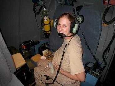 Sebagai ibu harus kreatif ya. Sebelum ada ruang laktasi, menyusui pun dilakukan di dalam pesawat lho. (Foto: BabyCenter Blog)