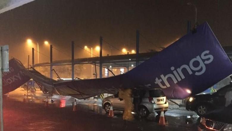 Hujan Angin di Bandara Banjarmasin, Plafon Hingga Papan Iklan Roboh