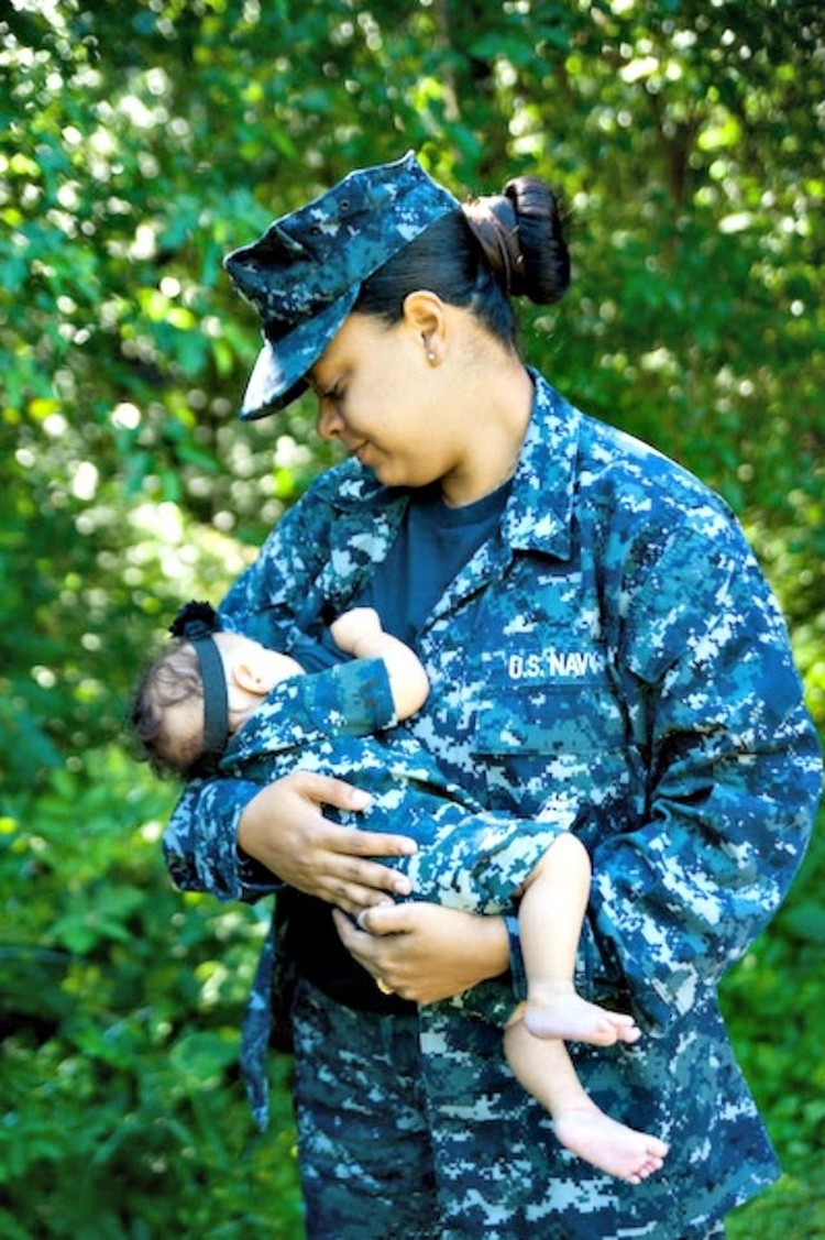Walaupun berseragam militer, ibu yang satu ini nggak sungkan untuk melakukan kewajibannya sebagai ibu. (Foto: Tonya Ritter Photography via BabyCenter Blog)