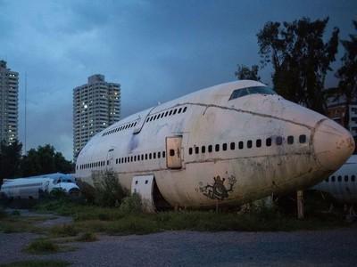 Kuburan Pesawat yang Jadi Tempat Tinggal Warga