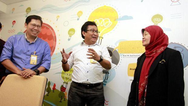 Direktur Utama Bank Mantap Josephus K. Triprakoso (tengah), Direktur Bank Mantap Nurkholis Wahyudi (kiri) dan Pengusaha Pensiunan Sujinah berbincang dalam acara Launching program Wirausaha mantap sejahtera di Rumah Mandiri Inkubator, Jakarta.