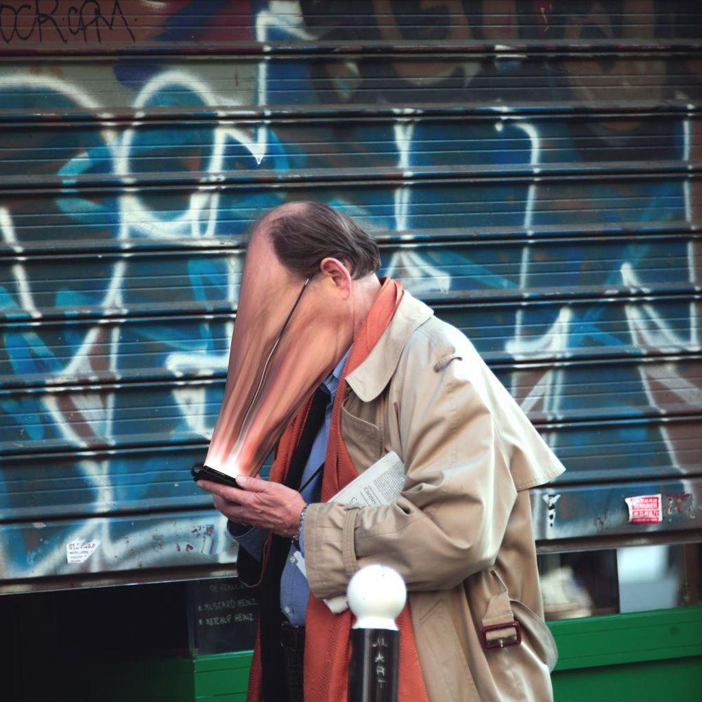 Ia menggambarkan betapa kehidupan manusia modern tidak bisa lepas dari yang namanya smartphone. Foto: istimewa