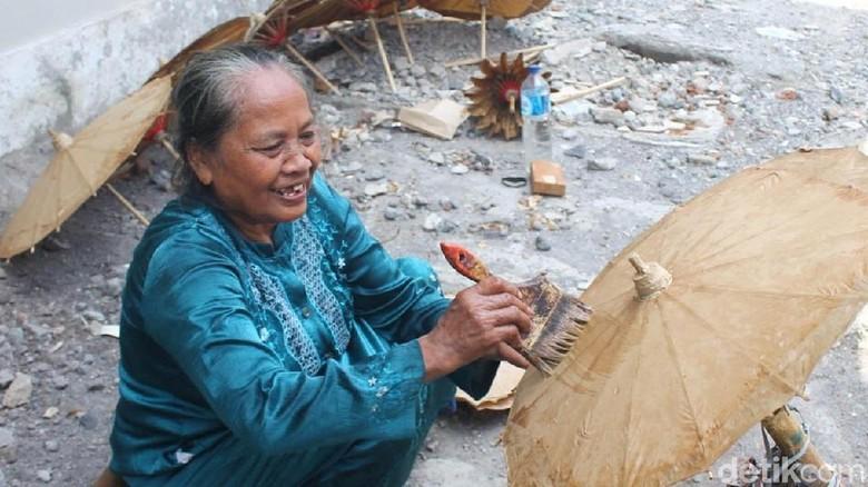 Sukamah, Perajin Payung Kertas yang Tersisa di Jepara