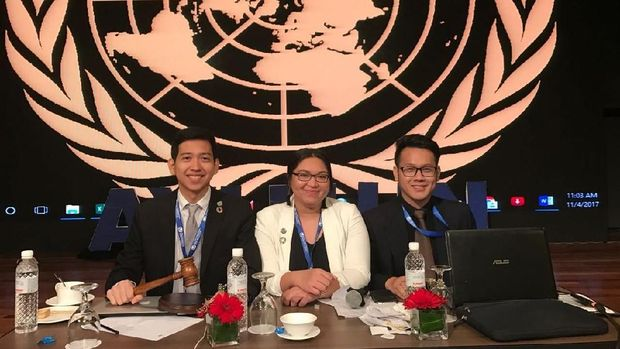 Berpakaian Adat Sunda, Mahasiswa Ini Wakili RI Jadi Juri 'Sidang IMF'