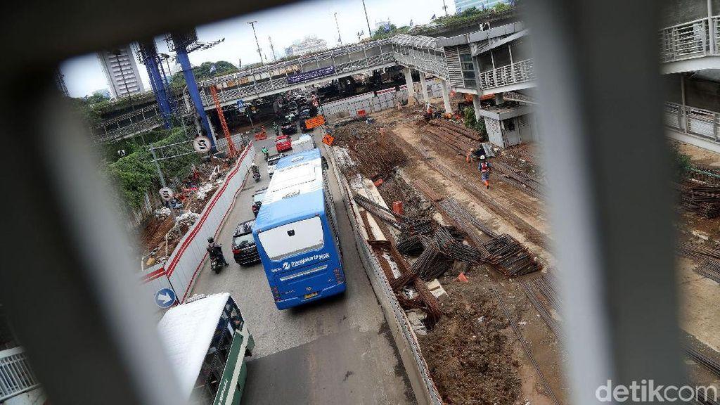 Proyek Underpass Mampang yang Molor