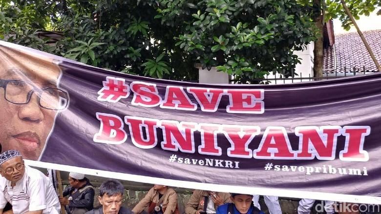 Foto: Deretan Spanduk Save Buni Yani di Lokasi Sidang Vonis