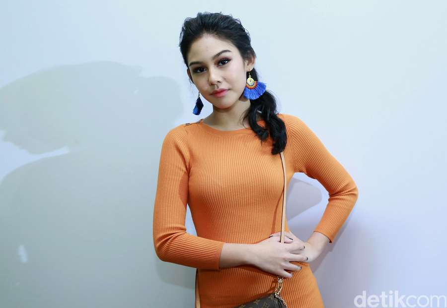 Sexy in Orange! Penampilan Vanesha Prescilla dengan Dress Ketat