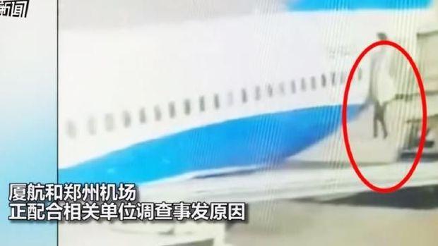 Rekaman CCTV menangkap insiden saat seorang pramugari terjatuh dari pesawat