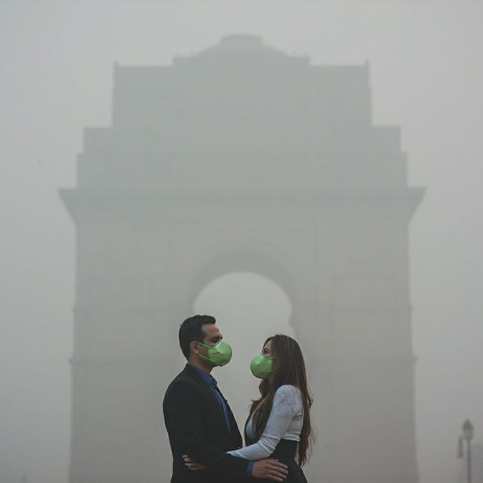 Saat ini kota Delhi, India, tengah diselimuti kabut asap yang parah dari asap kebakaran, debu jalanan, dan asap pembakaran sampah. Siang hari bisa terlihat gelap karena sinar matahari tertutup oleh asap. (Foto: Instagram/banjarastudios)