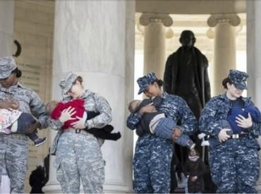 Deretan para ibu militer yang menyusui. Salut! (Foto: Vanessa Simmons Normalizedbreastfeeding.org via BabyCenter Blog)