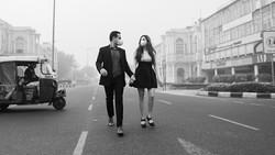Pasangan di India punya cara unik untuk protes terhadap pencemaran lingkungan. Mereka membuat foto pranikah di tempat-tempat yang diselimuti kabut asap.