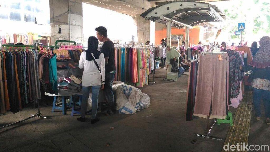Toko Sepi, Pedagang Tanah Abang Buka Lapak di Trotoar