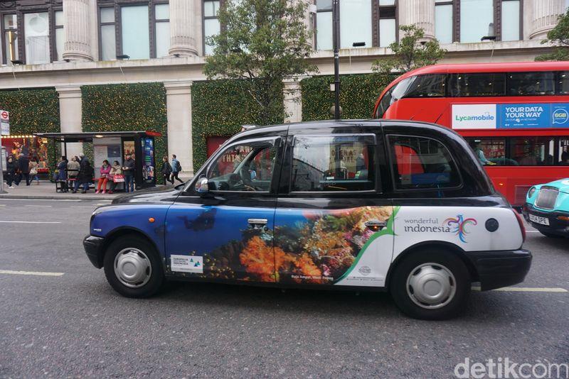 Akhir pekan lalu, taksi yang melintas di jalanan London tampak berhias dengan keindahan bawah laut Indonesia. Ada pula branding Wonderful Indonesia di sisi sampingnya (Erna/detikTravel)