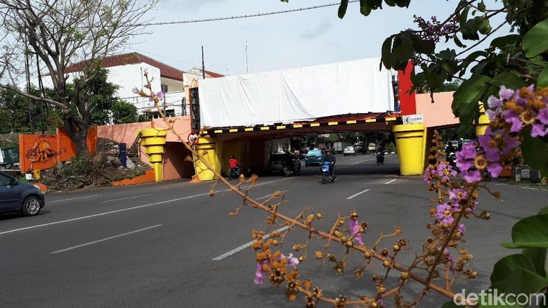 Jalan Panjang Penertiban Reklame Bodong di Viaduk Kertajaya