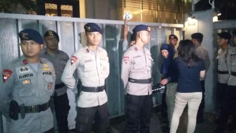 MKD DPR Segera Rapat Usai - Jakarta Penyidik KPK menyambangi kediaman rumah Ketua DPR Setya Menindaklanjuti hal Mahkamah Kehormatan Dewan DPR menggelar rapat kita