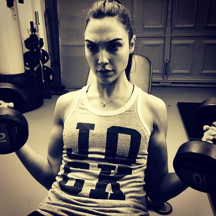 Siapa yang tak kenal Gal Gadot, wanita yang memang pantas mendapatkan gelar Wonder Woman. Tubuh kencang dan bugarnya didapat dari olahraga secara rutin. Foto: Instagram/@gal_gadot